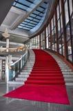 Elegant marmortrappa med röd matta Arkivbild