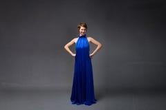 Elegant meisje in elektrische blauwe kleding stock fotografie