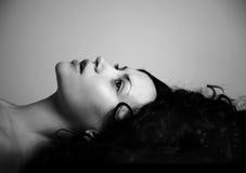 Elegant meisje met zwart haar Stock Foto's