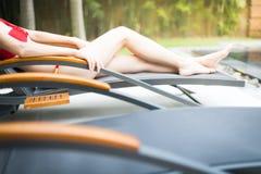 Elegant meisje in zwempak dat op zonlanterfanter ligt Royalty-vrije Stock Fotografie