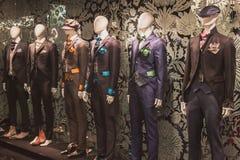 Elegant menswear på skärm på Si Sposaitalia i Milan, Italien Royaltyfri Foto