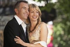 Elegant mitt åldrades par på den London gatan Royaltyfri Fotografi