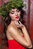 Elegant modekvinna för jul Frisyr och makeup för nytt år för Xmas Ursnygg Vogue stildam med julpynt på henne royaltyfri bild
