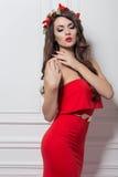 Elegant modekvinna för jul Frisyr och makeup för nytt år för Xmas Ursnygg Vogue stildam med julpynt på henne royaltyfria foton