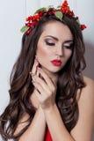 Elegant modekvinna för jul Frisyr och makeup för nytt år för Xmas Ursnygg Vogue stildam med julpynt på henne royaltyfri foto