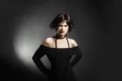 Elegant modekvinna i svart Royaltyfri Bild