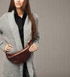 Elegant model met een pak van leerfanny stock foto's