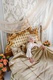 Elegant mogen dam som vilar i sovrum Arkivfoto