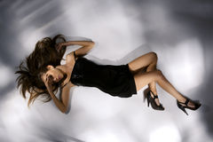 Elegant mooie jonge vrouw in zwarte kleding stock fotografie