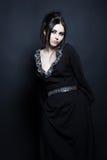 elegant mystisk förförisk kvinna för svart klänning Royaltyfri Foto