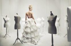 Elegant och glamorös blond skönhet arkivbilder