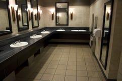 Elegant offentligt badrum Arkivfoton