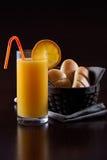 Elegant orange fruktsaftfrukost Royaltyfria Foton