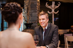 Elegant paar bij het restaurant Stock Fotografie
