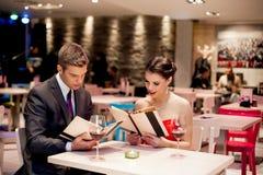 Elegant paar bij restaurant royalty-vrije stock foto's