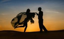 Elegant paar dat bij zonsondergang danst Stock Foto
