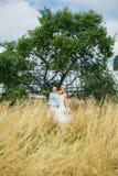 Elegant paar dichtbij de boom Stock Foto's