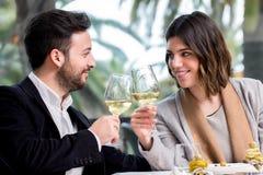 Elegant Paar die toost met witte wijn in restaurant maken royalty-vrije stock foto