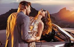 Elegant paar op een vakantie trtip stock afbeeldingen