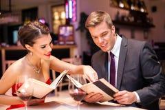 Elegant paar in restaurant stock afbeelding