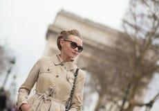 Elegant parisisk kvinna Royaltyfria Foton
