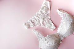 Elegant pentie och behå, kvinnaunderkläder på rosa bakgrund kopiera avstånd Skönhetbloggerbegrepp Romantisk damunderkläder för va fotografering för bildbyråer