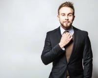 Elegant & positiv ung stilig man i dräkt Manligt ta av ens kläder arkivfoton