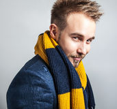 Elegant & positiv ung stilig man i färgrik halsduk Manligt ta av ens kläder Royaltyfri Bild