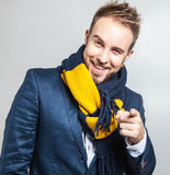 Elegant & positiv ung stilig man i färgrik halsduk Manligt ta av ens kläder Royaltyfri Foto