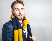 Elegant & positiv ung stilig man i färgrik halsduk Manligt ta av ens kläder Arkivfoton
