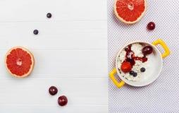 Elegant presentation av frukosten Royaltyfria Foton