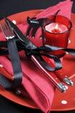 Elegant rött och svart temaallhelgonaaftonparti som äter middag tabellställeinställningen - vertikal closeup Royaltyfri Fotografi