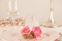 Elegant and romantic dinner setting Royalty Free Stock Photos
