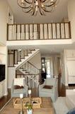 Elegant rymlig vardagsrum med trappuppgången royaltyfri bild