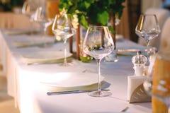 Elegant service för restaurangtabellinställning för mottagande med det reserverade kortet Arkivfoto