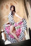 elegant sexig kvinna för gullig klänning Fotografering för Bildbyråer