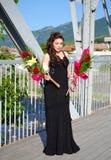 Elegant skönhetstudentbalflicka med blommaBulgarien royaltyfri fotografi