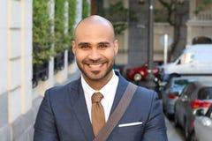 Elegant skallig man som utomhus ler royaltyfri bild