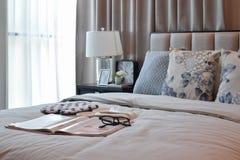 Elegant slaapkamer binnenlands ontwerp met bloemenpatroonhoofdkussens op bed Royalty-vrije Stock Afbeeldingen