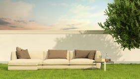 Elegant soffa i en trädgård Arkivbild