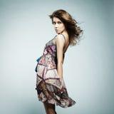elegant sommarkvinna för härlig klänning Fotografering för Bildbyråer