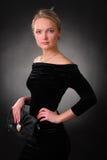 Elegant spenslig ung kvinna med en handväska Arkivbild