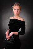 Elegant spenslig ung kvinna med en handväska Royaltyfri Bild