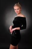 Elegant spenslig ung kvinna med en handväska Arkivfoton