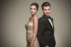 Elegant stående man och kvinna tillbaka att dra tillbaka Arkivbilder