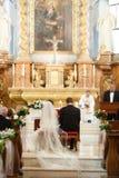 Elegant stilfull gullig brudgum och brud på den gamla gothen för bakgrund Fotografering för Bildbyråer