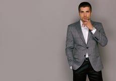 Elegant stilig ung man i ett grått omslag Royaltyfria Foton