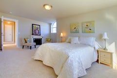 Elegant stort sovrum arkivbilder