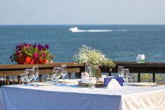 Elegant summer wedding table in front of the beach Royalty Free Stock Photos