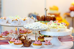 Elegant sweet table with cupcakes, cake pops and Stock Images